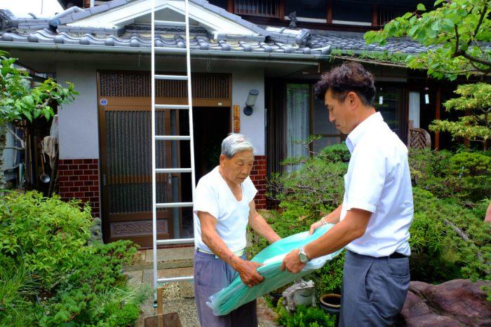 大阪府北部地震の罹災者にブルーシートを配付